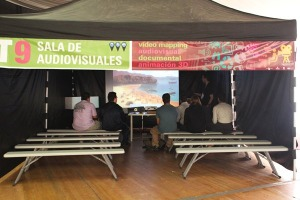 En la Sala de Audiovisuales, un grupo ve un documental de animaci�n digital
